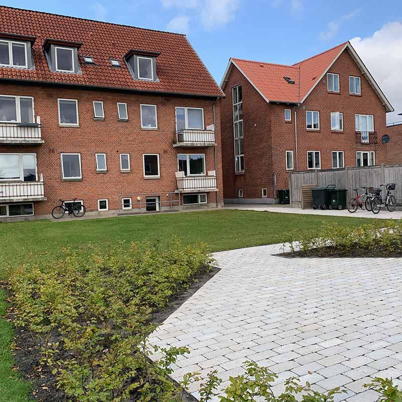 Fynsgade 66 Herning - Have, cykelstativ og fliseterrasse